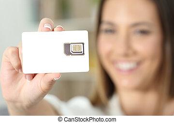 vrouw, hand houdend, een, nieuw, leeg, sim, kaart