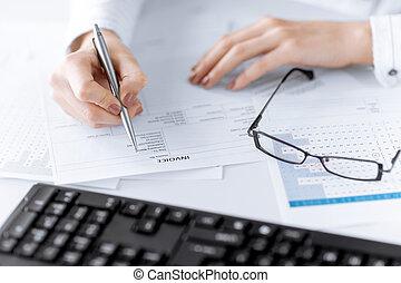 vrouw, hand, invulling, factuur, papier