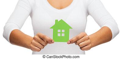 vrouw, handen, vasthouden, groen huis