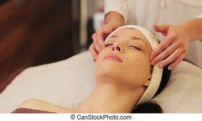 vrouw, hebben, gezicht, en, voer massage aan, op, spa