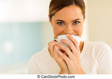 vrouw, hebben, kop van koffie, in de keuken