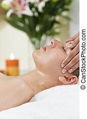 vrouw, hebben, relaxen, voer massage aan, op, gezondheid spa
