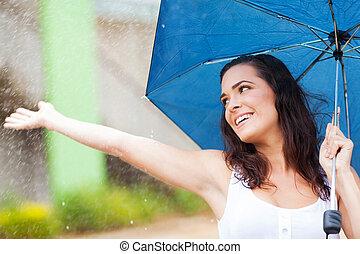 vrouw, hebbend plezier, in de regen