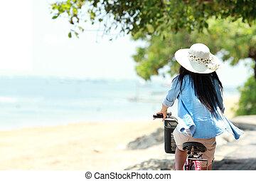 vrouw, hebbend plezier, rijdende fiets, aan het strand