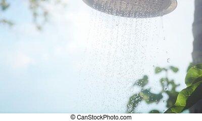 vrouw, heeft, een, buiten, strand, douche, met, zoet water, in, slowmotion, op, mooi, blauwe hemel, achtergrond, met, zon, in, vertragen, motion., 1920x1080
