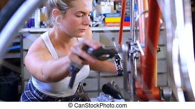 vrouw, herstelling, fiets, op, workshop, 4k