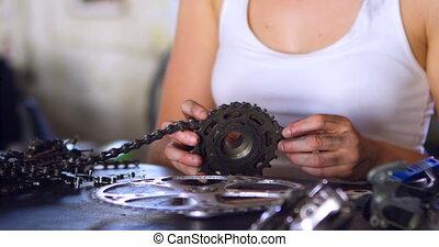 vrouw, herstelling, onderdelen, van, fiets, op, workshop, 4k