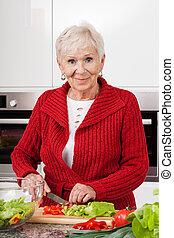 vrouw, het bereiden, glimlachen, maaltijd