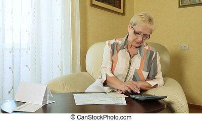 vrouw, het berekenen, belastingen, middelbare leeftijd