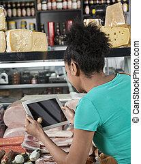 vrouw, het fotograferen, kaas, en, sausages, door, digitaal tablet