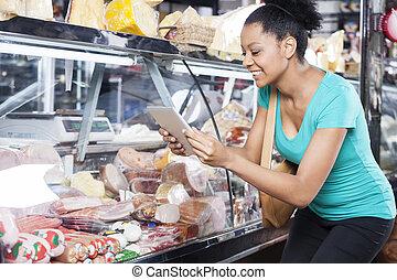 vrouw, het fotograferen, producten, door, digitaal tablet