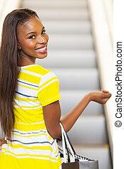 vrouw, het gaande winkelen, afrikaan