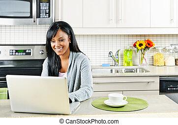 vrouw, het gebruiken computer, in, keuken