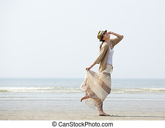 vrouw, het genieten van, een, dag op het strand