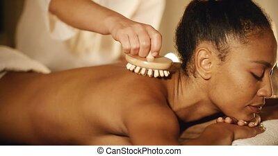 vrouw, het genieten van, een, masseren, haar, back