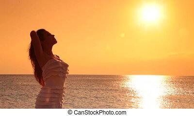 vrouw, het genieten van, ondergaande zon