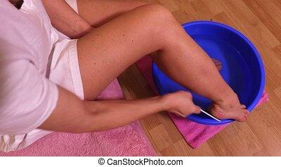 vrouw, het genieten van, voet bad, met, zee zout