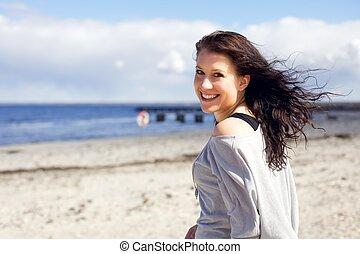 vrouw, het genieten van, wandeling, aan het strand