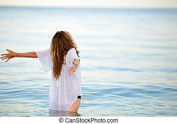 vrouw, het genieten van, zomer, vrijheid, met, openen armen, aan het strand