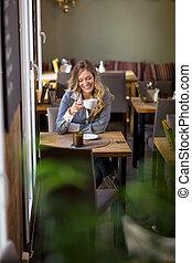 vrouw, het hebben van koffie, op, koffiehuis