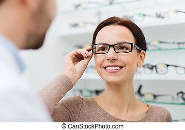 vrouw, het kiezen van glazen, op, optica, winkel