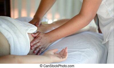 vrouw, het krijgen van massage, behandeling, in, schoonheid spa