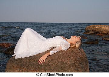 vrouw, het liggen, rots