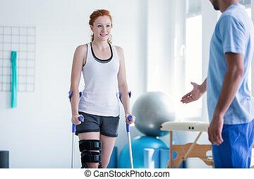 vrouw het lopen, met, krukken, gedurende, fysiotherapie