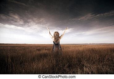 vrouw, het tilen, haar, handen op, in, een, akker