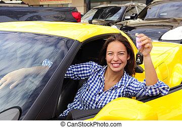 vrouw, het tonen, sleutels, van, haar, nieuw, sportautootje
