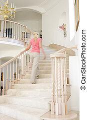vrouw, het uitgaan, trap, in, luxueus, thuis