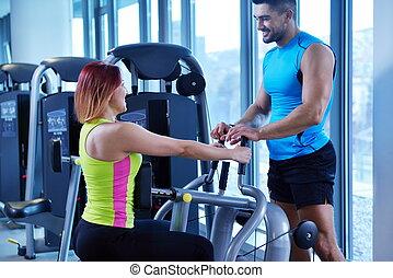 vrouw, het uitoefenen, met, haar, persoonlijke trainer