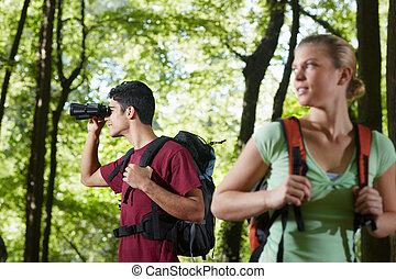 vrouw hiking, jonge, verrekijker, bos, man