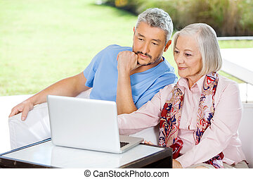 vrouw, huisbewaarder, draagbare computer, gebruik, hoger mannetje