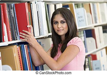 vrouw, in, bibliotheek, het trekken, boek, van, een, plank,...