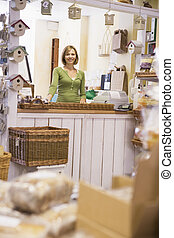 vrouw, in, birdhouse, winkel, het glimlachen