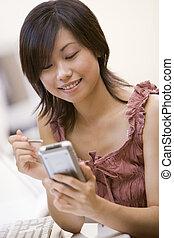 vrouw, in, computer kamer, gebruik, persoonlijke digitale assistent, het glimlachen