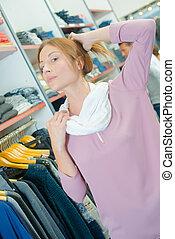 vrouw, in, de winkel van kleren