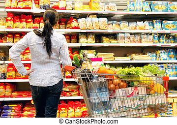 vrouw, in, een, supermarkt, met, een, groot, selectie