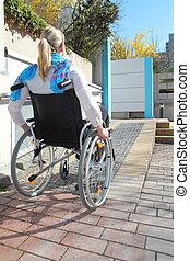 vrouw, in, een, wheelchair, op, een, rolstoel helling