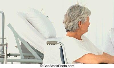 vrouw, in, een, wheelchair, sprekend aan, haar, arts