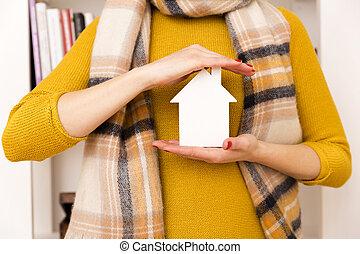 vrouw, in, gele, trui, vasthouden, kleine, witte , model, woning, door, haar, hart, als, meldingsbord, van, droom, van, huis en huis, bescherming