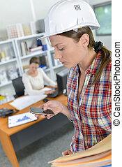 vrouw, in, kantoor