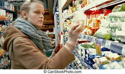vrouw, in, kruidenierswinkel, kies, voedingsmiddelen