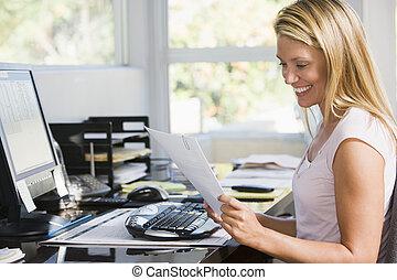 vrouw, in, ministerie van binnenlandse zaken, met, computer, en, schrijfwerk, het glimlachen