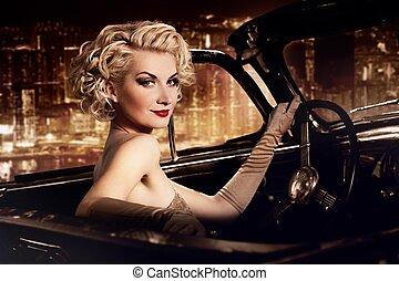 vrouw, in, retro, auto, tegen, nacht, city.