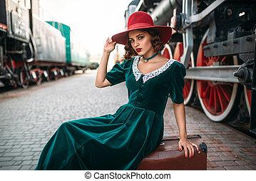 vrouw, in, rode hoed, tegen, ouderwetse , stoom trein