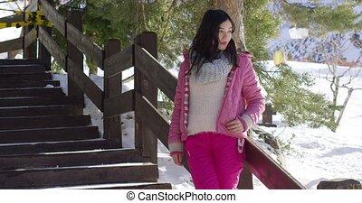 vrouw, in, roze, snowsuit, relaxen, op, trap