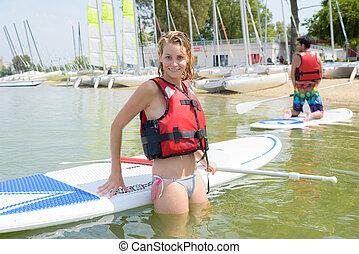 vrouw in water, met, plank