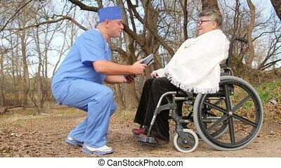 vrouw, in, wheelchair, met, verpleegkundige